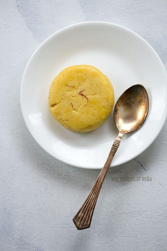 badam halwa servi sur une assiette blanche