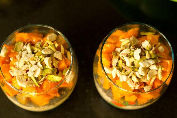 avoine du jour au lendemain, graines de chia, sapota et mangues garnies de fruits secs