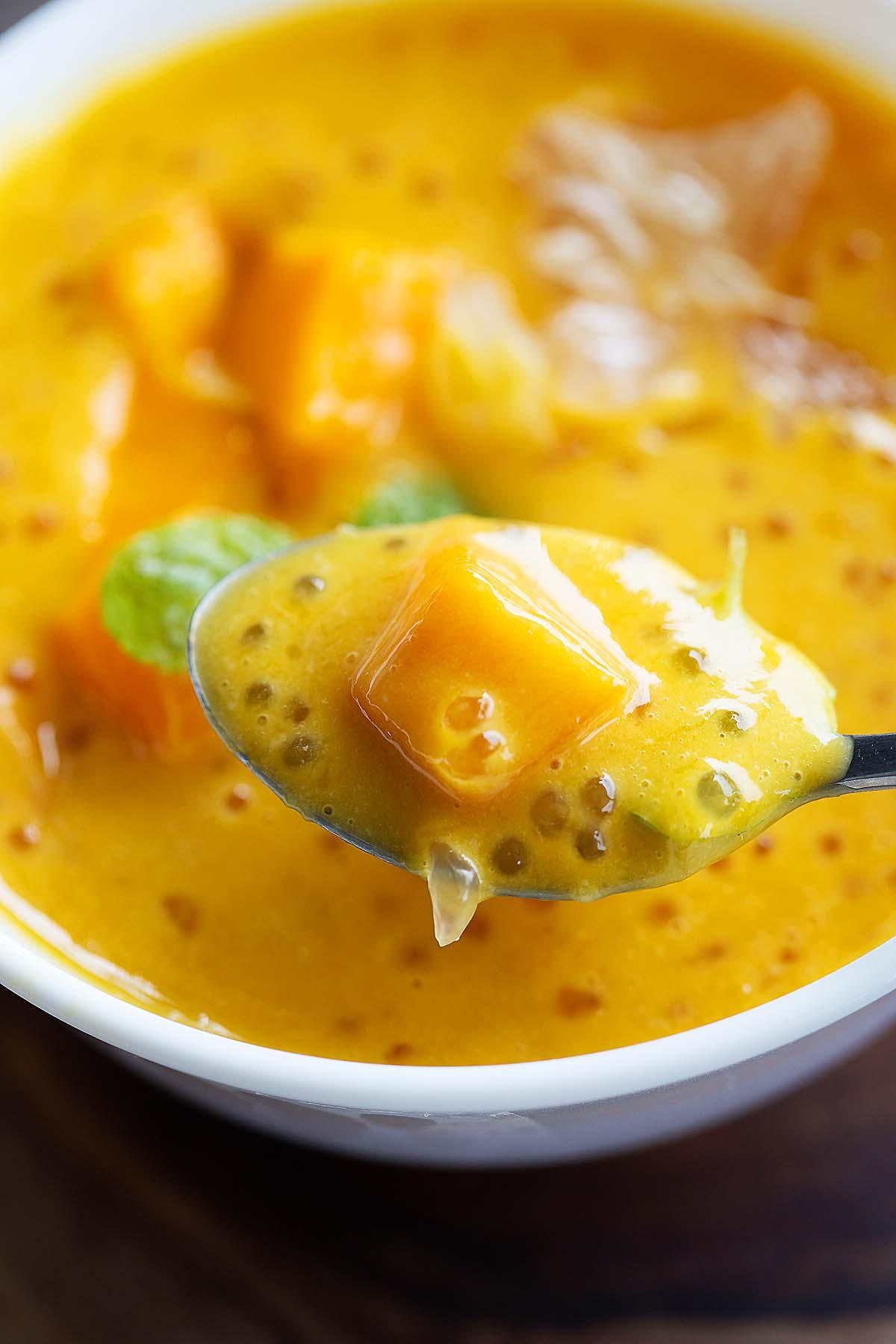 Dessert facile à la mangue garni de mangues fraîches et de feuilles de menthe.