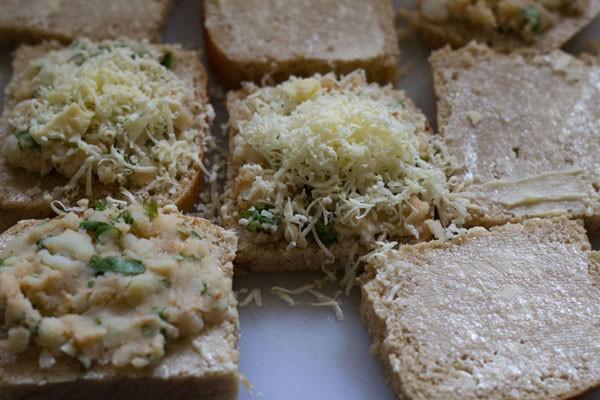 garnir les tranches de pain de fromage râpé