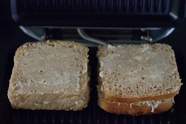 conserver le sandwich aux pommes de terre dans un grill préchauffé