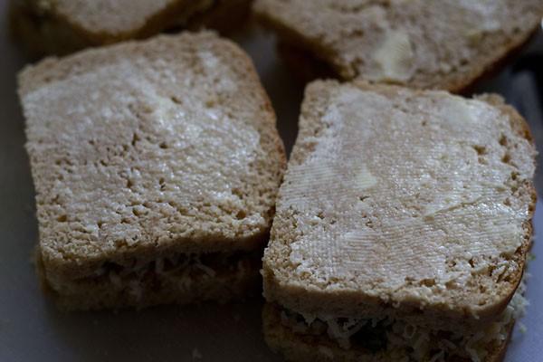 couvrir avec les tranches de pain restantes et appliquer le beurre