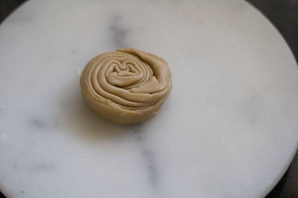 Rouler la pâte plissée en un cercle serré.  Joindre les bords.