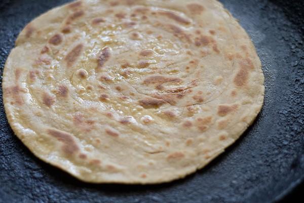 laccha paratha rôti sur le tawa