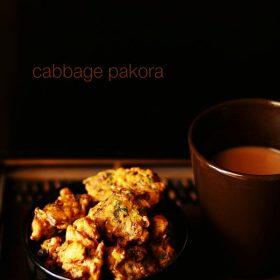Chou pakoda servi sur un bol noir avec du thé