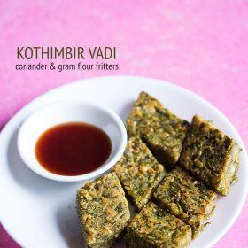 kothimbir vadi servi dans une assiette blanche avec sauce dans un petit bol