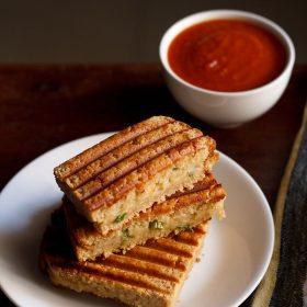 sandwich aux pommes de terre servi dans une assiette blanche avec du ketchup dans un bol