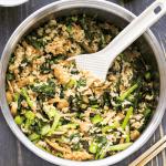 Cuiseur de Riz Riz aux champignons et brocoli chinois avec une spatule en y creusant.