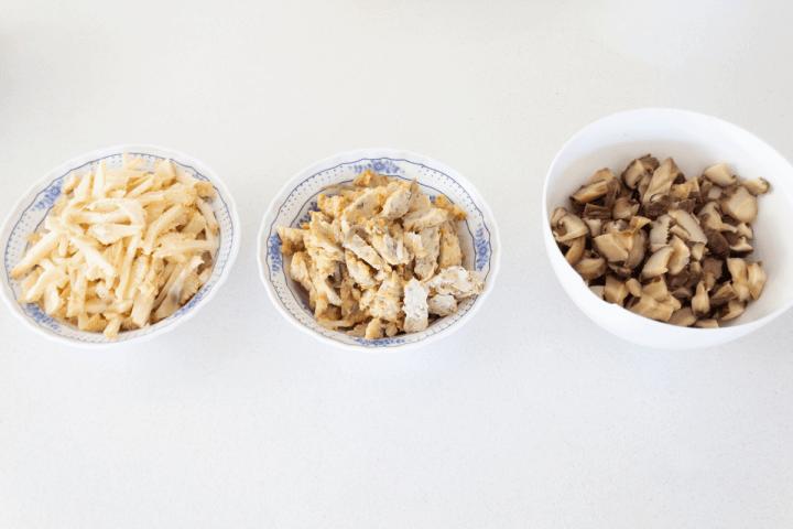 Champignons assortis coupés en bols.