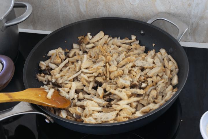 Champignons tranchés dans un wok.