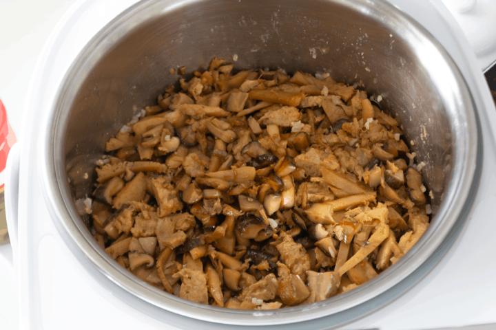 Champignons cuits dans un cuiseur à riz.