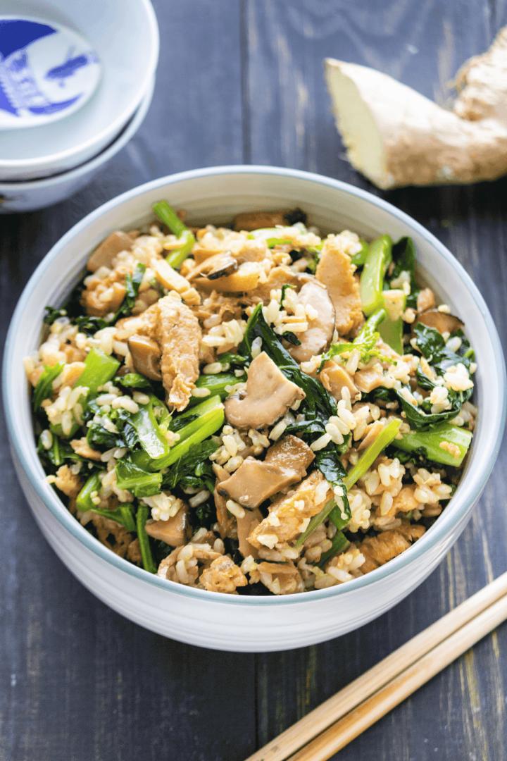 Cuiseur à riz Riz aux champignons et brocoli chinois dans un bol.