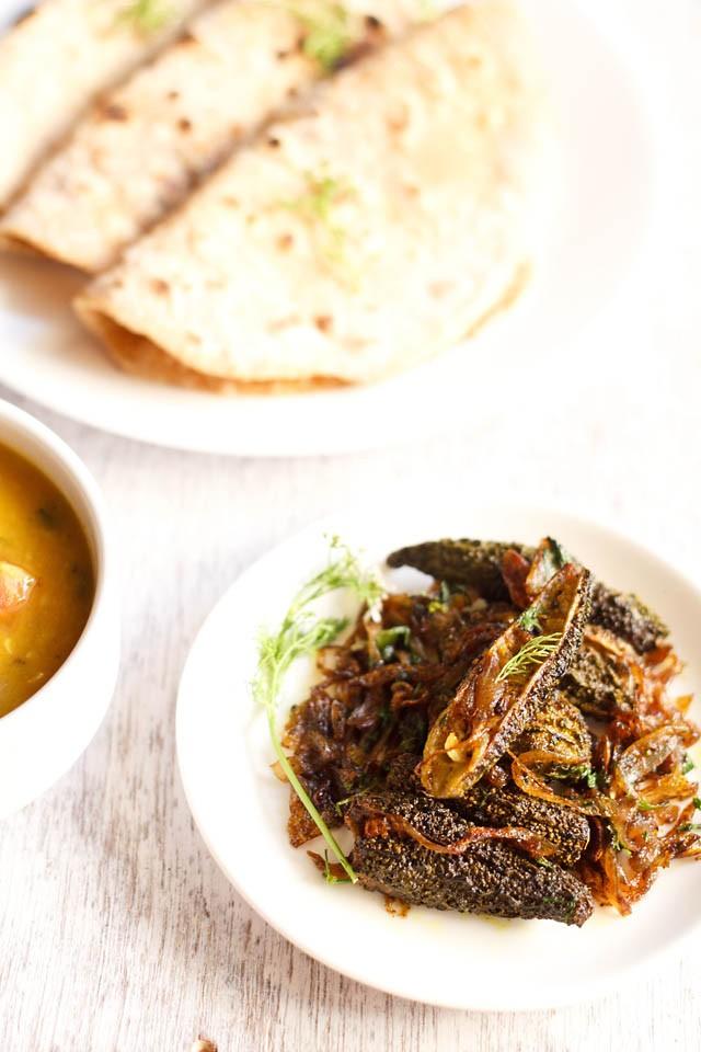 Punjabi bharwa karela servi sur une assiette blanche avec roti
