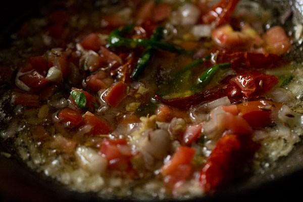 mélanger les tomates avec le mélange