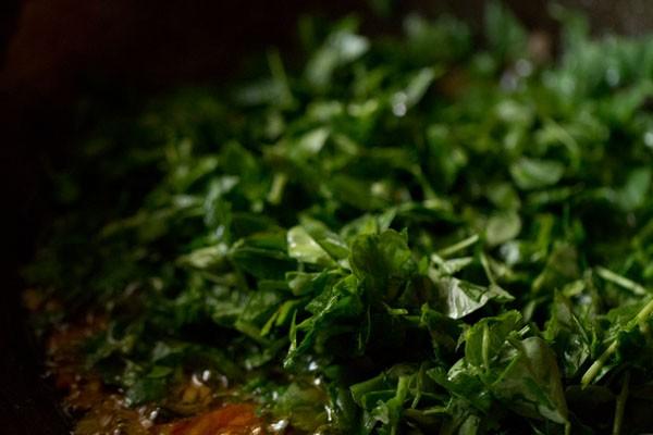 ajouter les feuilles de fenugrec au mélange