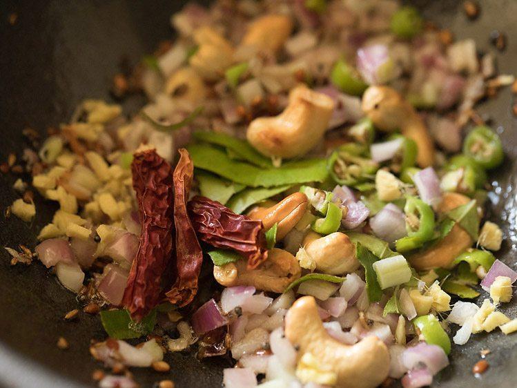 ajoutez maintenant les feuilles de curry au gingembre hachées piment rouge sec et piment vert
