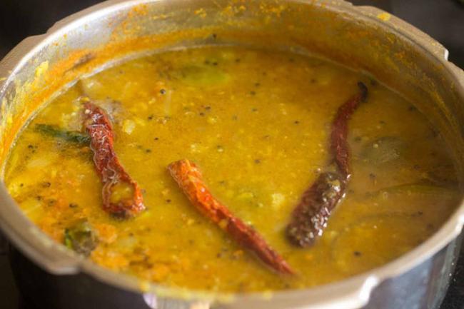 sambar kathirikai cuit dans une cuisinière