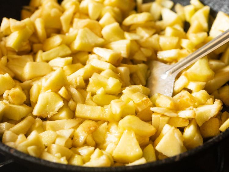 mélanger des pommes avec du ghee