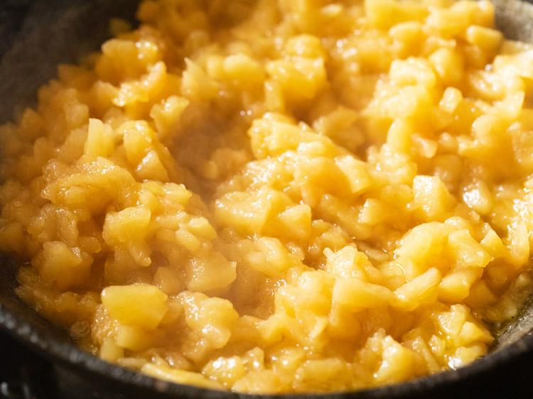 continuer à cuire les cubes de pomme jusqu'à ce qu'ils deviennent pâteux et mous