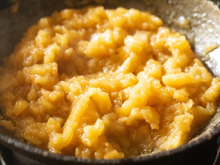 remuez et poursuivez la cuisson de la pomme halwa