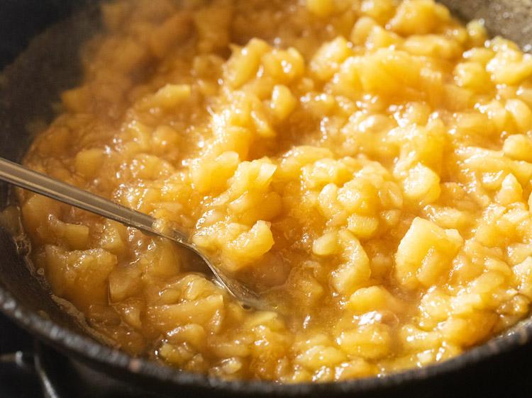 mélanger le sucre avec le mélange de pomme halwa