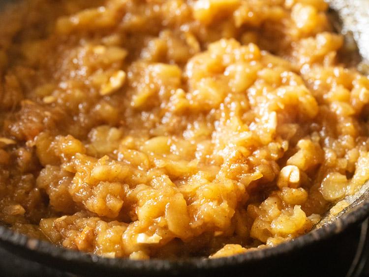 mélanger les arômes et les noix avec le mélange halwa