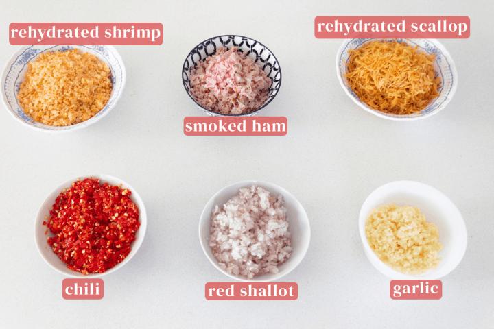 Bols de crevettes réhydratées finement hachées, jambon fumé, pétoncles réhydratés, ail, échalotes rouges et piment.