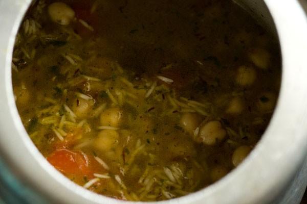 ajouter de l'eau au mélange de riz aux pois chiches