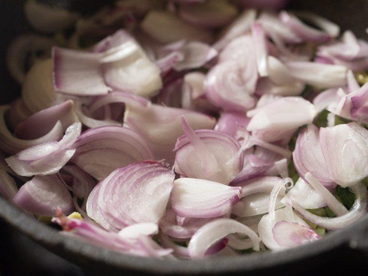 oignons ajoutés à karela