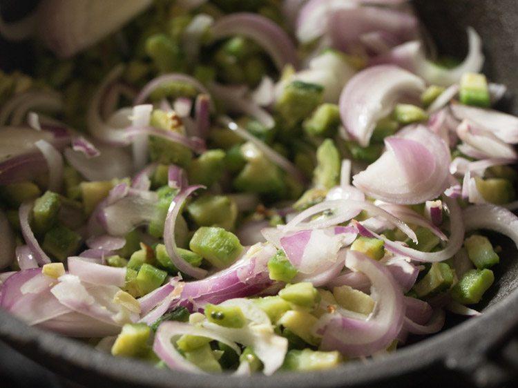 mélanger des oignons avec du karela