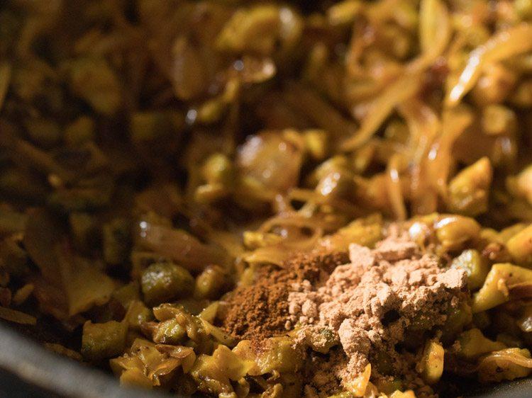poudre de mangue sèche et poudre de garam masala ajoutées
