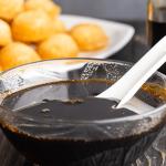 Nước Màu dans un bol avec une cuillère dedans.