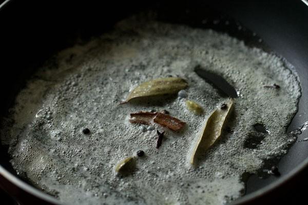 épices ajoutées au beurre dans la poêle