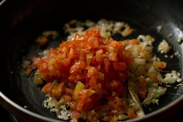 tomates hachées ajoutées à la poêle