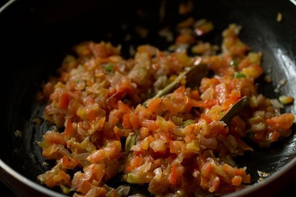 mélanger des tomates avec des oignons mélange d'herbes et d'épices