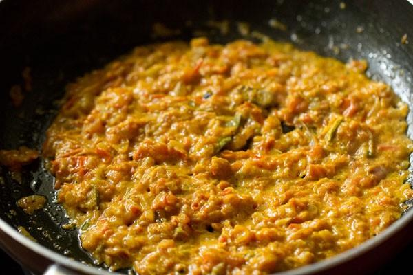 caillé mélangé avec les ingrédients du masala