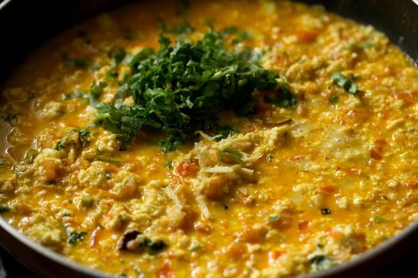 feuilles de coriandre ajoutées à la sauce paneer bhurji