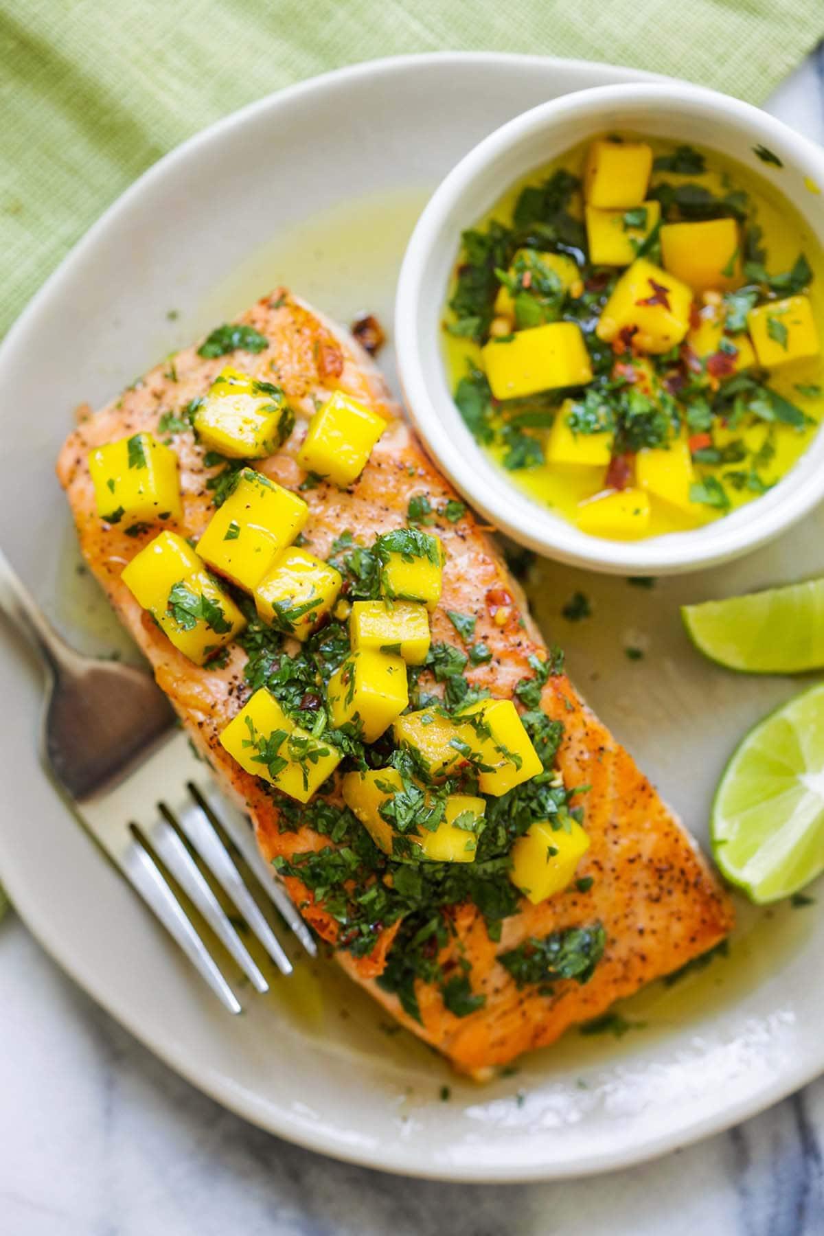 Recette facile et rapide de saumon chimichurri à la mangue.