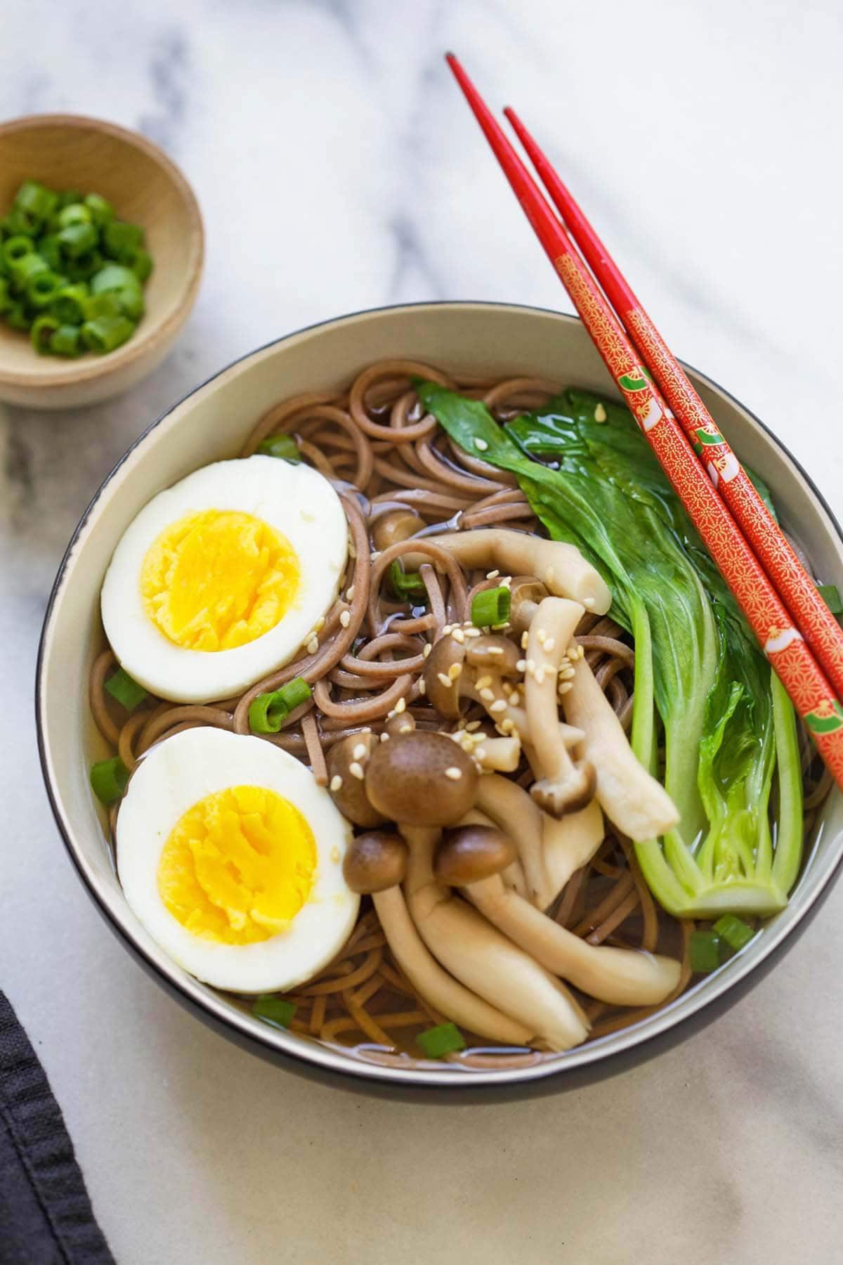 Soupe de nouilles Soba japonaise saine dans un bol avec des baguettes.
