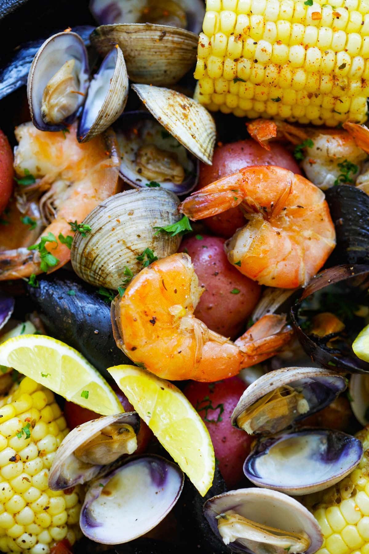 Recette traditionnelle de clambake avec des fruits de mer dans une poêle.