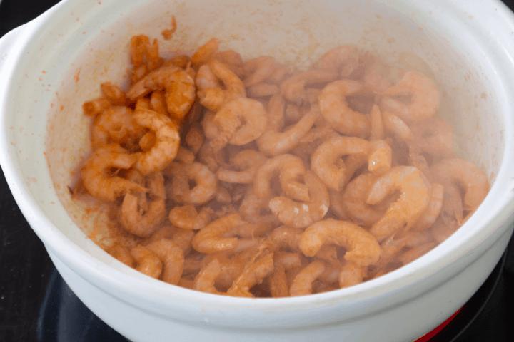 Crevettes cuisinées dans une marmite.