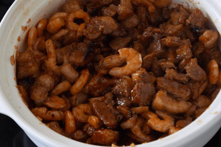 Tôm Rim Thịt cuit dans une marmite.