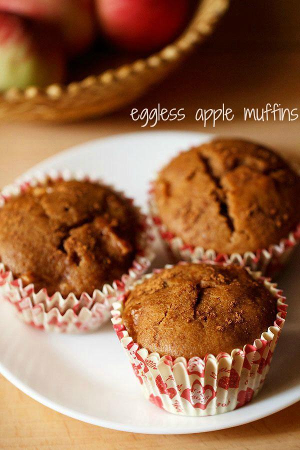 muffins aux pommes sans œufs servis sur une assiette blanche