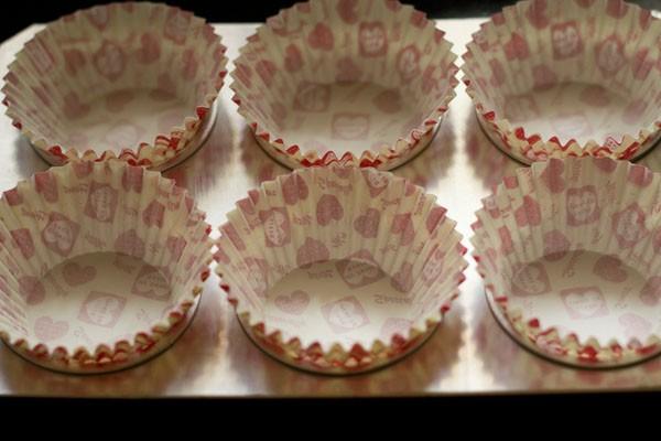 moules à muffins sur une plaque à pâtisserie