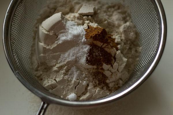 ingrédients secs dans un tamis