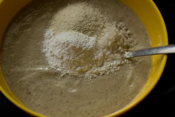 farine de riz semoule et sel ajoutés à la pâte de lentilles dans un bol