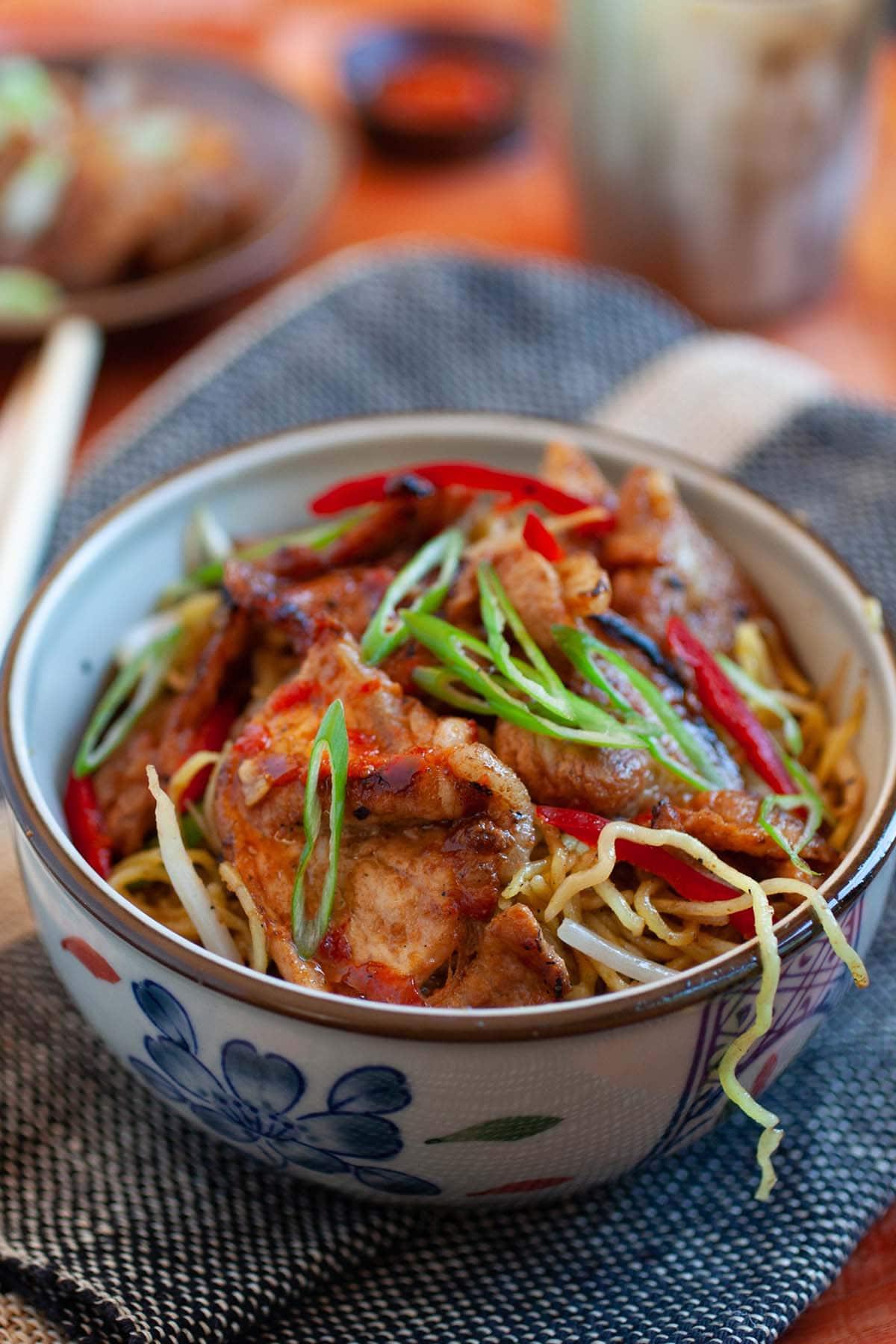 Nouilles de porc sautées aigre-douces chinoises faciles.