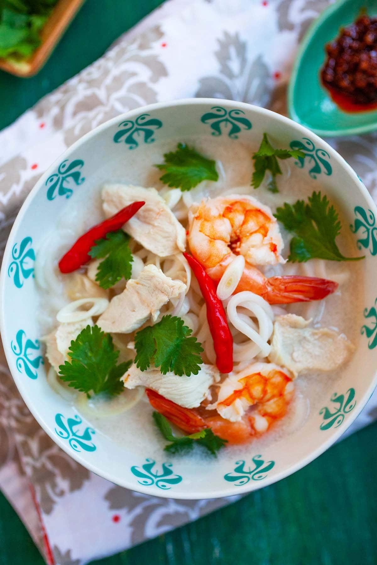 Soupe de poulet à la lime et à la noix de coco thaïlandaise maison facile et rapide avec des nouilles servie dans un bol.