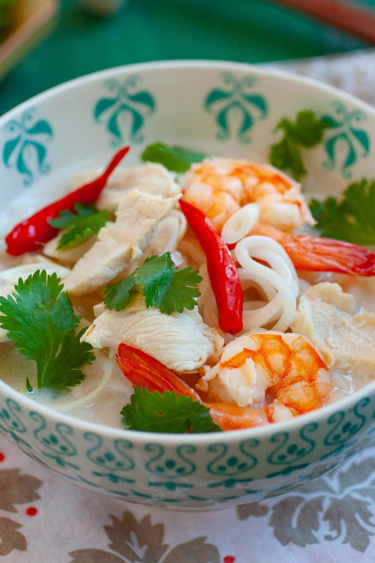 Soupe de nouilles à la noix de coco et au citron vert.  Ce plat de nouilles d'inspiration thaïlandaise est infusé de noix de coco, de citron vert et de citronnelle.  Un plat de nouilles copieux et savoureux.