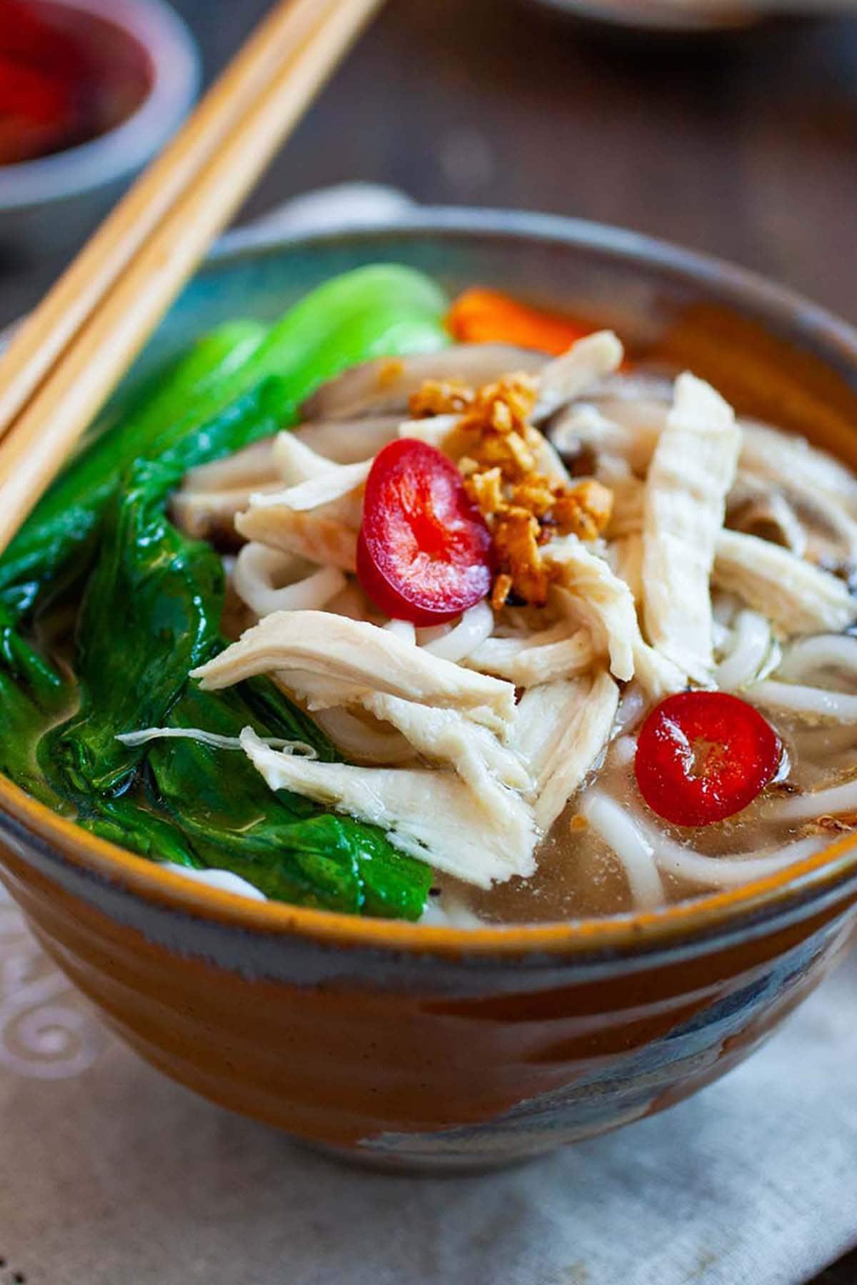 Soupe chinoise de nouilles au poulet à base de bouillon de poulet et de nouilles de blé fraîches.